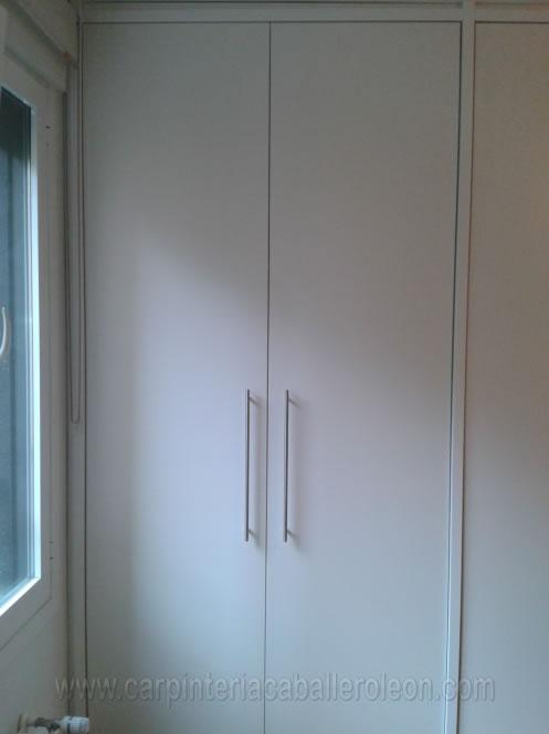 Mueble blanco de habitaci n caballero le n - Puertas de armario abatibles ...