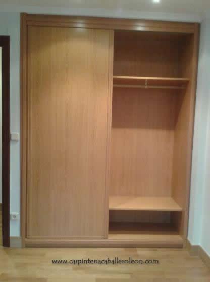 Armario de puertas correderas carpinter a caballero le n - Muebles armarios roperos ...