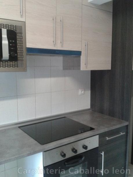 Cocina color gris vetas caballero le n for Muebles cocina leon