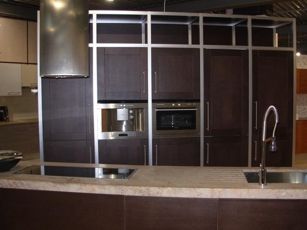 Diseño especial de cocina en acabado Wengue y combinado en el diseño