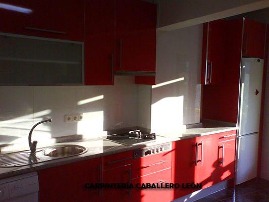 Muebles de cocina color rojo caballero le n for Muebles cocina leon