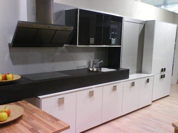 negros y oscuros) y mueble de persiana en acabado gris metálico