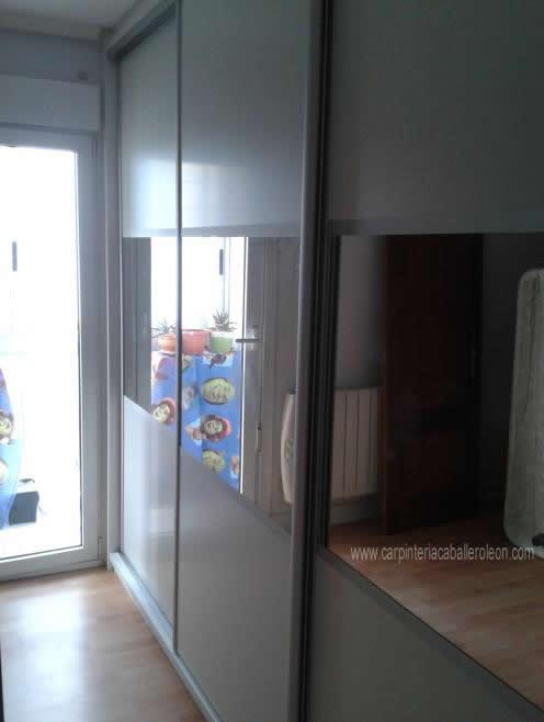 Armario y espejos centrales carpinter a caballero le n for Espejos para pegar en puertas