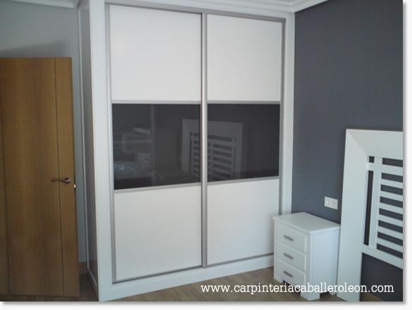 Mueble de 2 puertas correderas y vidrios oscuros  Caballero León