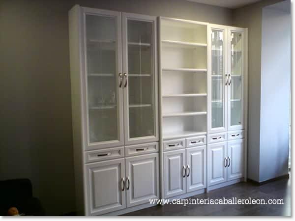 Detalle de mueble de vitrinas lacado blanco para sal n for Vitrinas modernas para salon