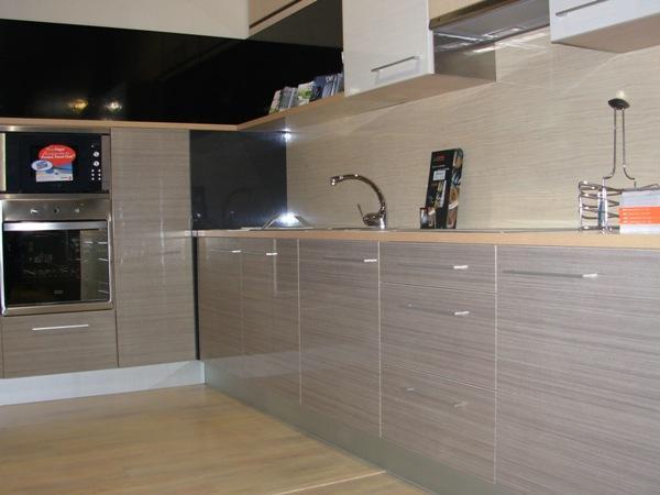 Mobiliario moderno de cocina caballero le n for Formica madera