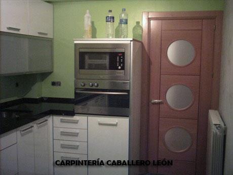 Puerta de haya y cocina blnca caballero le n - Puertas plegables cocina ...